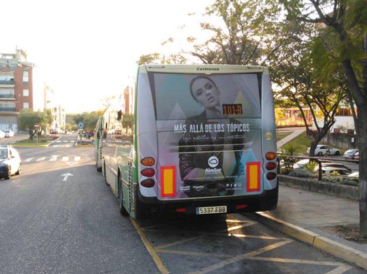 Creatividad AireSur Chica en Bus